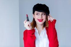 红色羊毛衫的有唇膏的妇女和帽子 图库摄影