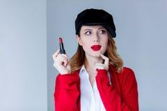 红色羊毛衫的有唇膏的妇女和帽子 免版税库存图片
