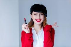红色羊毛衫的有唇膏的妇女和帽子 免版税图库摄影