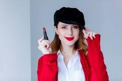 红色羊毛衫的有唇膏的妇女和帽子 库存照片