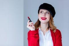 红色羊毛衫的有唇膏的妇女和帽子 库存图片