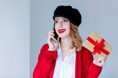 红色羊毛衫的有礼物盒的妇女和帽子 图库摄影