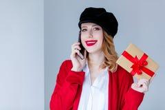 红色羊毛衫的有礼物盒的妇女和帽子 库存照片