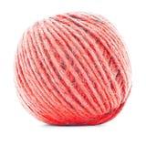 红色羊毛滚成线球,在白色背景隔绝的编物纱卷 免版税图库摄影