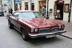 红色美丽的美国肌肉汽车,波兰,克拉科夫 库存照片