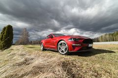 红色美国肌肉汽车V-8引擎 免版税库存照片