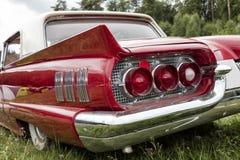 红色美国葡萄酒汽车,背面图 库存图片