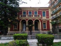 红色老房子在科孚岛海岛希腊 库存图片