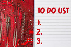 红色老肮脏的计算机电路板和做名单文本概念 图库摄影