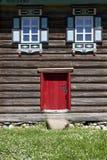 红色老门和窗口在村庄房子的木墙壁上 非常好的背景 免版税图库摄影