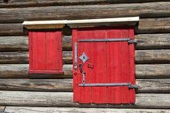 红色老门和窗口在村庄房子的木墙壁上 非常好的背景 图库摄影