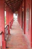 红色老门廊 免版税库存照片