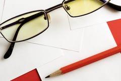 红色背景和一支红色铅笔 免版税库存照片