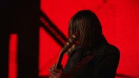 红色背景的吉他演奏员 股票录像