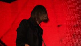 红色背景的吉他演奏员 股票视频