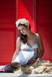 红色背景的孕妇 免版税库存照片