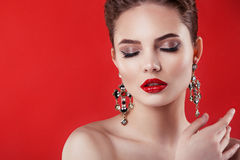 红色背景的美丽的式样女孩 妇女的秀丽 免版税库存图片