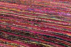红色背景豪华布料或难看的东西丝绸纹理缎波浪折叠  免版税库存图片