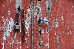 红色脏的门的部分 库存图片