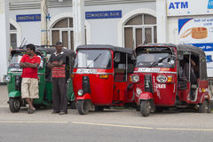 红色自动人力车或tuk-tuk在斯里兰卡的街道上 免版税库存图片