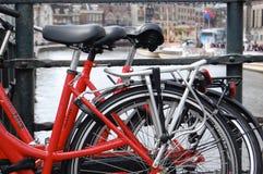 红色自行车在阿姆斯特丹 免版税库存照片