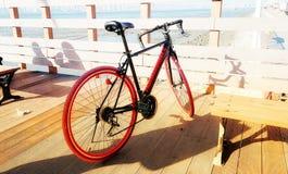 红色自行车等待 免版税库存图片