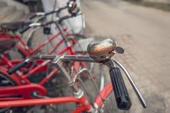 红色自行车葡萄酒 免版税库存照片