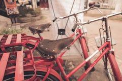 红色自行车葡萄酒 免版税图库摄影