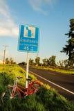 红色自行车 免版税库存照片