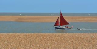 红色航行的小船 免版税库存图片