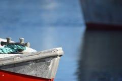 红色船细节有绿色绳索的在港口 免版税库存图片