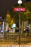 红色艺术deco地铁在晚上签到巴黎 库存图片