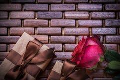 红色芬芳玫瑰包装了在柳条的当前箱子 免版税库存图片