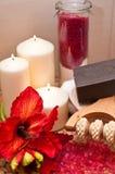 红色花和蜡烛 免版税库存照片