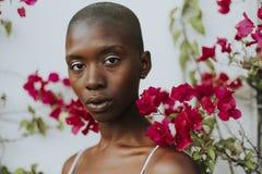 红色花围拢的理平头的人妇女 免版税图库摄影