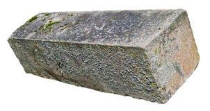 从红色花岗岩的大长方形老年迈的生苔坚实块 免版税库存图片