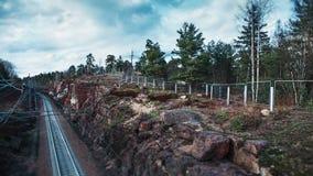 红色花岗岩石头和岩石之间的铁路道路 免版税库存图片