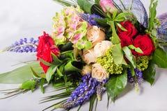 红色花束,奶油色玫瑰 与五颜六色的花的静物画 新鲜的玫瑰 安置文本 花概念 新鲜的春天花束 免版税库存照片