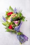 红色花束,奶油色玫瑰 与五颜六色的花的静物画 新鲜的玫瑰 安置文本 花概念 新鲜的春天花束 库存照片