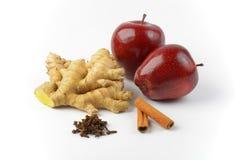 红色苹果、姜根、肉桂条和干丁香 免版税库存图片