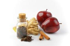 红色苹果、姜根、肉桂条和干丁香 库存图片
