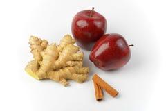 红色苹果、姜根和肉桂条 免版税库存图片