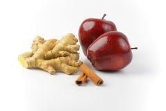 红色苹果、姜根和肉桂条 免版税库存照片