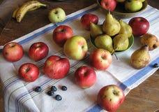 红色苹果、绿色梨和葡萄静物画在毛巾 库存图片