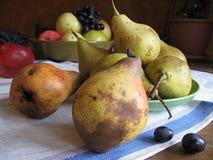 红色苹果、绿色梨和葡萄静物画在毛巾 库存照片