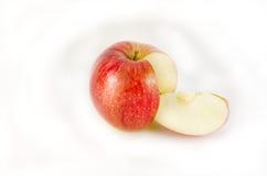 红色苹果和一个片段在白色背景 免版税库存照片
