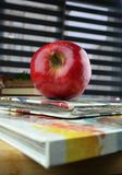 红色苹果和厨师书 库存照片