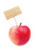红色苹果和木标签 免版税图库摄影