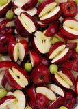 红色苹果和绿色葡萄 图库摄影