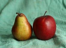 红色苹果和黄色梨作为绘的艺术静物画 免版税图库摄影